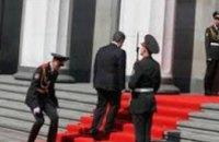 Военного, который упал во время инаугурации Порошенко, уволили (ВИДЕО)