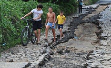 В Днепропетровске на протяжении 35 лет жители сами ремонтируют дорогу