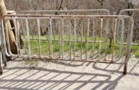 В Днепре двое мужчин украли металлическую ограду на Амурском мосту