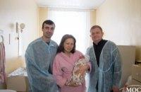 В роддомах Днепра прошла акция «За нове життя»: депутаты поздравили мам, у которых дети родились в первый день весны (ФОТО)