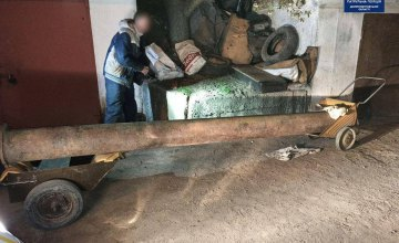 Тащили на коляске и хотели сдать на металлолом: в Днепре двое мужчин похитили трубу оросительной системы