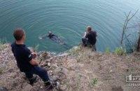 На Днепропетровщине двое подростков сорвались со скал и упали в затопленный карьер