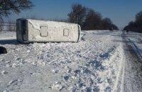На трассе «Днепр-Кривой Рог»  пассажирский автобус упал на бок (ФОТО)