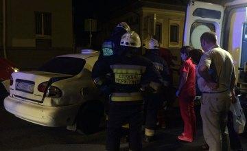В Днепре на ул. Князя Владимира Великого ночью произошло ДТП: одного из водителей спасатели вырезали из автомобиля (ФОТО, ВИДЕО)