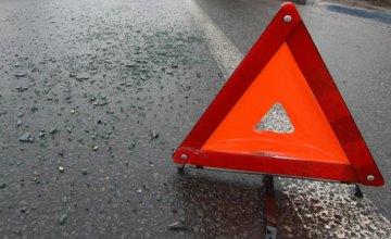 В Днепре Toyota влетела в опору на съезде с моста: водитель погиб на месте, разыскиваются свидетели ДТП