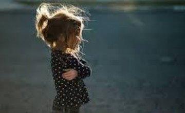 В Кривом Роге обнаружили 5-летнюю девочку, которая ночью одна гуляла по городу