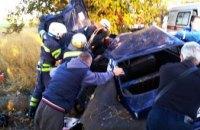 На Днепропетровщине легковушка слетела с дороги и врезалась в дерево: водителя извлекали спасатели