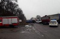 В Днепре произошло тройное ДТП с грузовиком: одного из водителей спасатели вырезали из авто (ФОТО)