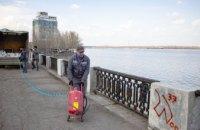 У Дніпрі комунальники прибирають написи вандалів