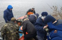 На Днепре спасатели оказали помощь рыбакам, которые чуть не утонули на льдине