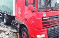 В Днепропетровской области в снежной ловушке застряла фура (ФОТО)