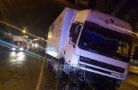 В Киеве пьяный водитель на грузовике протаранил опору путепровода (ВИДЕО)