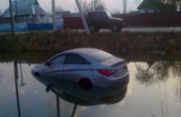 В Житомирской области 19-летняя девушка угнала машину своего кавалера и, не справившись с управлением, «утопила» авто (ФОТО)
