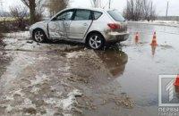 Занесло на мокрой дороге: на Днепропетровщине легковушка врезалась в дерево, есть пострадавшие