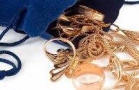 В Днепре 20-летняя девушка за кражу золотых украшений, проведет за решеткой более 4 лет