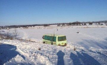 В Днепропетровской области из реки достали школьный автобус