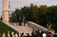 Виктор Ющенко открыл Мемориал жертвам репрессий и Голодомора в Днепропетровске