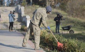 В Днепре неплательщики алиментов убирают парки