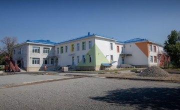В Николаевском детском саду «Веснянка» заканчивают красить фасад и проводят внутреннюю отделку