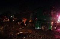 Около Апостолово на припаркованный грузовик упал столб (ФОТО)