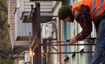 В Днепре демонтировали незаконно установленную металлическую лестницу в частный офис, - горсовет