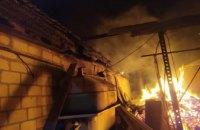 На Днепропетровщине во время пожара в частном доме сгорела летняя кухня и гараж с автомобилем (ФОТО)