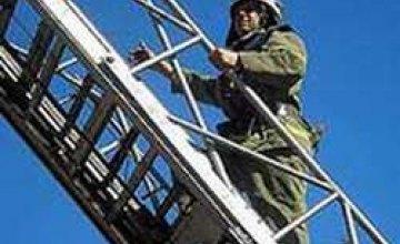 Бойцы МЧС спасли мужчину, который завис на обратной стороне балкона