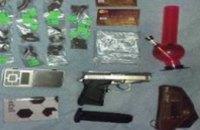 Полиция у жителя Запорожья изъяла партию запрещенных наркотиков и пистолет