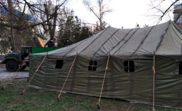 Уже в 8 городах области рядом с больницами установили палатки для приема пациентов