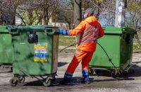 В Днепре коммунальщики дезинфицируют мусорные контейнеры