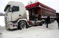 На Днепропетровщине спасатели вытащили из сугробов «Газель» и грузовик (ВИДЕО)