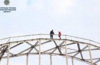 В Днепре с арки моста к Монастырскому острову сняли женщину