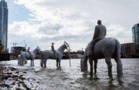 В Лондоне дважды в день из Темзы появляются «всадники промышленного апокалипсиса» (ВИДЕО)