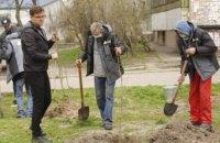 У Дніпрі триває висаджування дерев у рамках акції з озеленення #Дніпро_квітучий