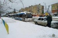 В Днепре припаркованные на обочине автомобили остановили движение троллейбусов на пр. Слобожанском (ФОТО)