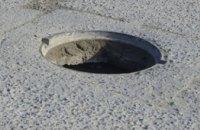 В Днепре на набережной мужчина упал в открытый канализационный колодец (ВИДЕО)