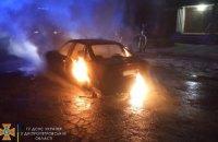 В Каменском ночью сгорел припаркованный автомобиль (ВИДЕО)