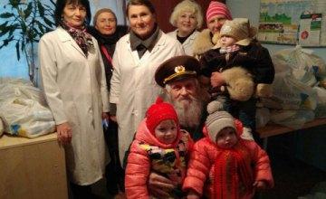 В Днепре волонтеры Фонда Вилкула через Красный крест передали помощь многодетным семьям, инвалидам, ветеранам ВОВ