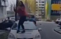В Ровно 12-летняя школьница станцевала на капоте полицейского авто (ВИДЕО)