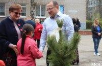 Как ученики гимназии №37 высаживали сосны в рамках программы «Социальная реконструкция» Геннадия Гуфмана (ФОТОРЕПОРТАЖ)