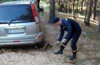 В Днепре из песка вытянули автомобиль: в салоне находилась беременная женщина и двое детей