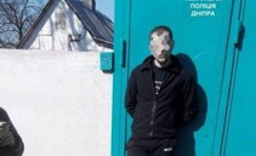 В Днепре молодого парня задержали во время продажи краденной коляски