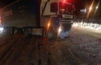 На Запорожском шоссе Mitsubishi столкнулся с фурой (ФОТО)